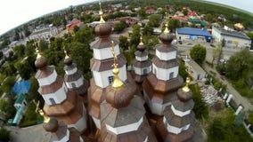 Vista panoramica da sopra sopra un tempio antico cristiano video d archivio