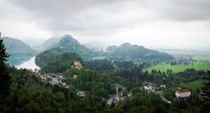 Vista panoramica dal castello del Neuschwanstein al castello di Hohenschwangau Immagine Stock