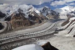 Vista panoramica dal fianco di una montagna del picco di Khan Tengri, Inyl del nord Immagine Stock Libera da Diritti