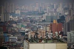 Vista panoramica dal livello di una metropoli inquinante Fotografia Stock