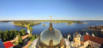 Vista panoramica dal monastero ortodosso - pustyn di Nilova, Russia fotografie stock