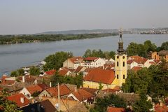Vista panoramica dalla collina di Gardos in Zemun con la chiesa di San Nicola, Belgrado, Serbia immagini stock
