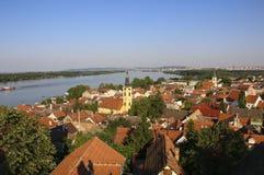 Vista panoramica dalla collina di Gardos in Zemun con la chiesa di San Nicola, Belgrado, Serbia fotografia stock libera da diritti