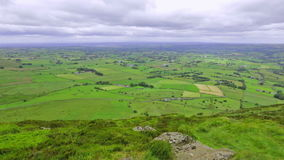 Vista panoramica dalla montagna di Slemish, contea Antrim, Irlanda del Nord, Regno Unito archivi video