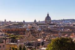 Vista panoramica dalle altezze con la cupola ed i tetti della città eterna a Roma, Italia fotografia stock libera da diritti