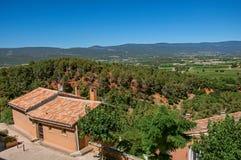 Vista panoramica dei campi e delle colline della Provenza dal centro urbano del Rossiglione Fotografia Stock