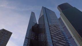 Vista panoramica dei grattacieli Movimento del telaio dal basso verso l'alto ed indietro archivi video