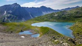 Vista panoramica dei laghi variopinti nelle alpi europee fotografia stock libera da diritti