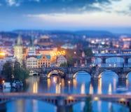 Vista panoramica dei ponti di Praga sopra il fiume della Moldava Immagini Stock Libere da Diritti