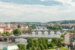 Vista panoramica dei ponti sopra il fiume di Moldava, Praga Immagine Stock