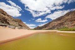 Vista panoramica dei resti di acqua durante il periodo di siccità vicino alle sorgenti di acqua calda Ai-bradipo al canyon del fi fotografia stock libera da diritti