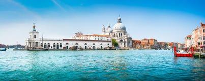 Vista panoramica del canale grande con i Di Santa Maria della Salute, Venezia, Italia della basilica fotografia stock libera da diritti