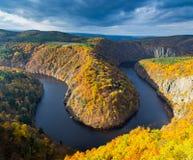 Vista panoramica del canyon del fiume con acqua scura e la curvatura a ferro di cavallo della foresta variopinta di autunno, fium Fotografie Stock Libere da Diritti