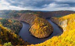 Vista panoramica del canyon del fiume con acqua scura e la curvatura a ferro di cavallo della foresta variopinta di autunno, fium Immagine Stock