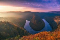 Vista panoramica del canyon del fiume con il colorf scuro di autunno e dell'acqua Immagini Stock