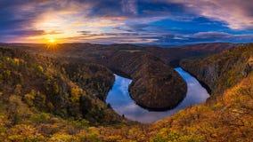 Vista panoramica del canyon del fiume con il colorf scuro di autunno e dell'acqua Fotografie Stock