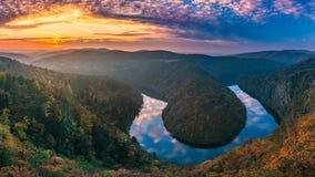 Vista panoramica del canyon del fiume con il colorf scuro di autunno e dell'acqua Fotografia Stock
