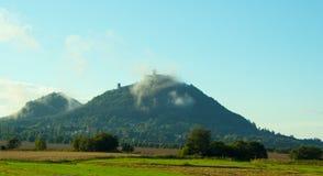 Vista panoramica del castello di Bezdez nella nebbia Immagini Stock