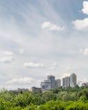 Vista panoramica del centro di Dnieper Alta costruzione su una collina immersa nella pianta Fotografia Stock