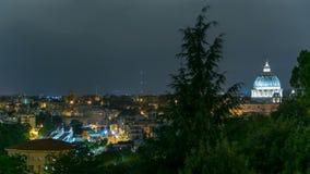 Vista panoramica del centro storico con il timelapse di notte del Vaticano di Roma, Italia archivi video