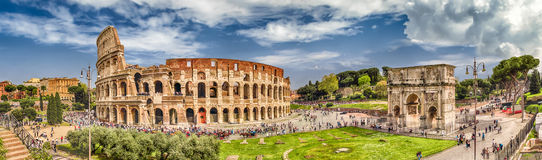 Vista panoramica del Colosseum e dell'arco di Costantina, Roma Immagine Stock