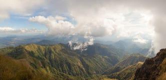 Vista panoramica del coverd della catena montuosa con erba e gre marroni Immagini Stock Libere da Diritti