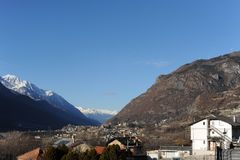 Vista panoramica del d'Aosta della valle d'Aosta Valle dal San Vincenzo nell'inverno con le alpi italiane nei precedenti Fotografie Stock Libere da Diritti