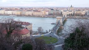 Vista panoramica del Danubio e di Szechenyi Lanchid, Budapest, Ungheria video d archivio