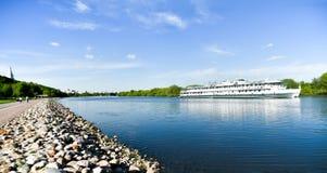 Vista panoramica del fiume di Mosca con la barca di crociera in parco Kolomenskoye immagini stock libere da diritti