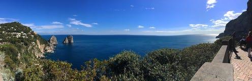 Vista panoramica del fondo del mare e delle rocce di Faraglioni nella città di Capri sull'isola di Capri, campania fotografia stock