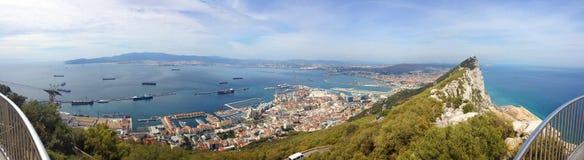 Vista panoramica del fondo perfetto sopra la roccia di Gibilterra, l'Oceano Atlantico, lo stretto di Gibilterra e la città Fotografia Stock Libera da Diritti