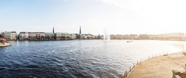 Vista panoramica del lago Alster a Amburgo un giorno soleggiato Immagine Stock