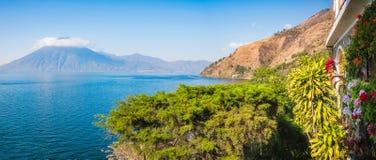 Vista panoramica del lago Atitlan e San Pedro Volcano da una località di soggiorno Fotografie Stock Libere da Diritti