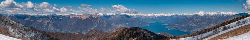 Vista panoramica del lago Como e delle montagne circostanti come franco visto immagini stock