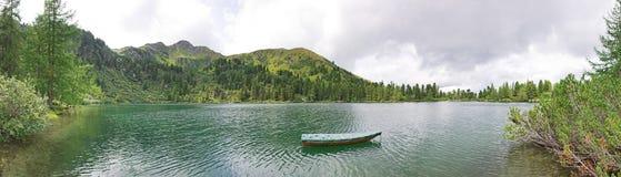 Vista panoramica del lago con la barca Immagini Stock