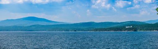 Vista panoramica del lago e della foresta con acqua blu e la c blu immagini stock