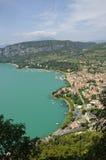 Vista panoramica del lago garda dalla cima della collina Fotografie Stock Libere da Diritti