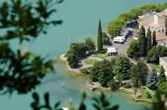 Vista panoramica del lago garda dalla cima della collina Immagini Stock