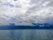Vista panoramica del lago Lemano, uno del ` s della Svizzera la maggior parte dei laghi girati in Europa, con il cielo pieno dell Fotografia Stock Libera da Diritti