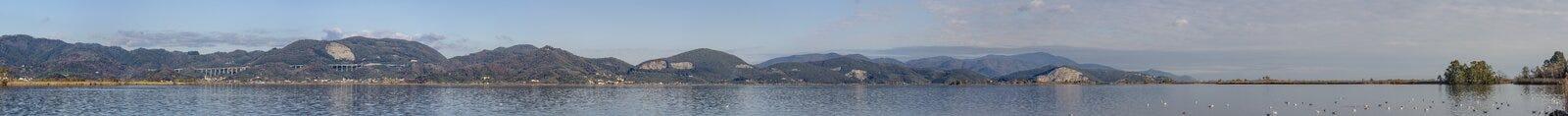 Vista panoramica del lago Massaciuccoli da Torre del Lago Puccini, Lucca, Toscana, Italia Immagini Stock