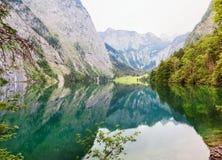 Vista panoramica del lago Obersee con chiara acqua verde e la riflessione Fotografia Stock