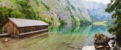 Vista panoramica del lago Obersee con chiara acqua verde e la riflessione Immagine Stock