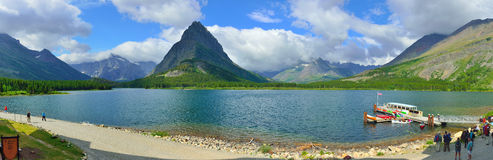 Vista panoramica del lago swiftcurrent in Glacier National Park fotografia stock