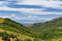 Vista panoramica del paesaggio da Travers Mountain di Provo, la contea di Utah, lago utah e Wasatch Front Rocky Mountains e Cloud fotografie stock