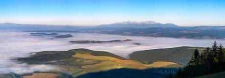 Vista panoramica del paesaggio dei prati, del castello e della catena montuosa, Fotografia Stock Libera da Diritti