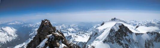Vista panoramica del paesaggio della montagna da Dufourspitze a Signalkuppe nelle alpi svizzere vicino a Zermatt Immagini Stock Libere da Diritti