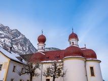 Vista panoramica del paesaggio di paesaggio scenico della montagna con la stagione della neve di inverno di St Bartholomew della  Immagini Stock Libere da Diritti
