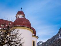 Vista panoramica del paesaggio di paesaggio scenico della montagna con la stagione della neve di inverno di St Bartholomew della  Fotografie Stock Libere da Diritti