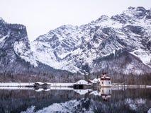 Vista panoramica del paesaggio di paesaggio scenico della montagna con la stagione della neve di inverno di St Bartholomew della  Immagine Stock