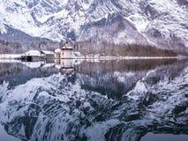 Vista panoramica del paesaggio di paesaggio scenico della montagna con la stagione della neve di inverno di St Bartholomew della  Fotografia Stock
